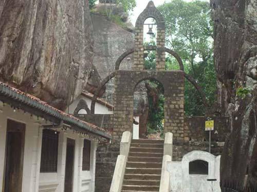 Aluvihare-Rock-Temple-Siyathra